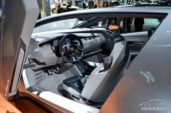 该车内饰以碳黑木材镶嵌,涂以铝质拉丝和陶瓷材料.车内灯光配以超高清图片