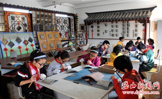 后由中国古代陶片上的刻符受到启发,尝试让学生用刻刀、榔头等工具