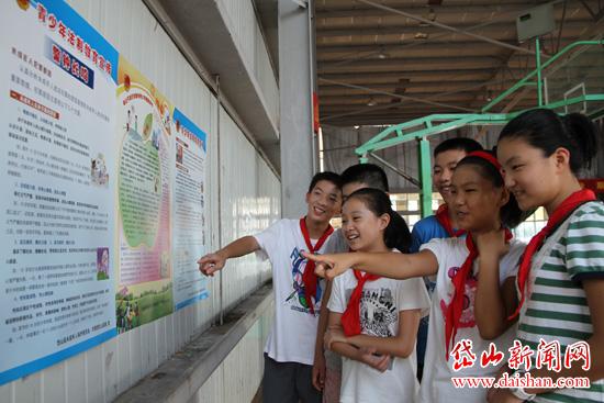 学生观看青少年法制宣传海报